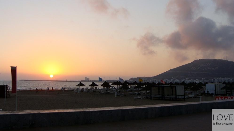 Zachód słońca na promenadzie w Agadirze