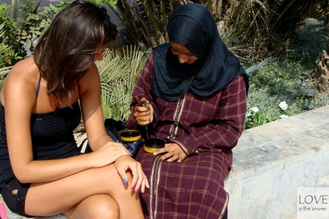 Tatuaż z henny na promenadzie w Agadirze