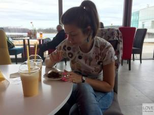 jemy ciasto marchewkowe w Hangloose Caffé