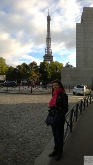 Karina pod wieżą Eiffla