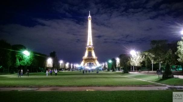 Widok na Wieżę Eiffla nocą z pól marsowych