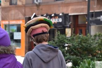 Człowiek z hamburgerem na głowie