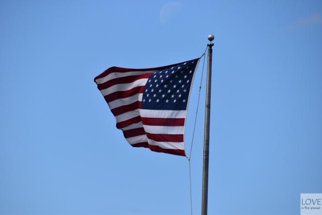 Flaga USA powiewająca nad Nowym Jorkiem