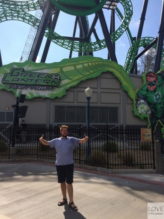 Zadowolony Sebastian w Six Flags Los Angeles