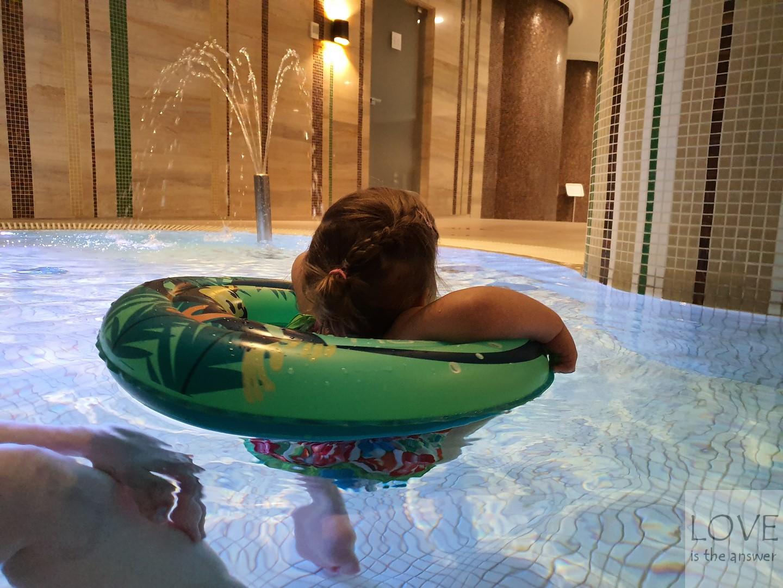 Oliwia na basenie w hotelu Natura Mazur